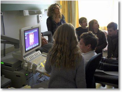 SChüler der Sonnenschule beim Schwangerschaftsunltraschall