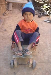 junge in bolivien - pfiffige Einfälle aus Abfällen