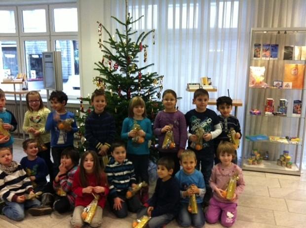 Die Kinder des Kindergartens Pusteblume präsentieren in der Niederlassung in Attendorn stolz ihr weihnachtliches Werk