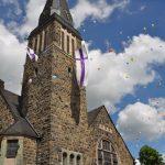 """Das """"Geburtstagskind"""" beim Gemeindefest mit der ersten westfälischen Kirchenumarmung und Luftballonsteigen"""