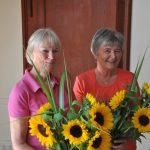Mit je einem dicken Blumenstrauß Sonnenblumen verabschiedeten die Schülerinnen und Schüler Beate Dresbach (links) und Mechthild Dalhoff aus ihrem aktiven Leben für die Schule. Foto: Karl-Hermann Ernst
