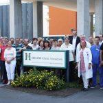 """""""Wir sind jetzt HELIOS"""" – auch unter der neuen Trägerschaft steht die Belegschaft des Attendorner Krankenhauses für die kompetente medizinische Versorgung der Region bereit."""