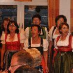 Der Frauenchor Gerolsbach unter der Leitung von Helmut Wicker (rechts) zeigte beim Sauerländerabend seinen Gastgebern sein Können. Foto: Karl-Hermann Ernst
