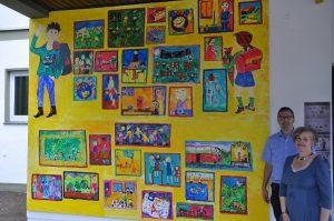 Stellten der Öffentlichkeit die von den Viertklässlern erstellte Collage vor. Designgrafikerin Akelei Repgen und Schulleiter Oliver Wacker