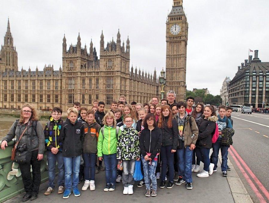 Vor dem Buckingham Palast - die schüler der Hanseschule Attendorn
