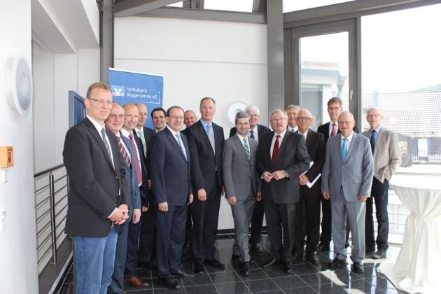 Jörg Hamel vom Handelsverband in Köln (Bildmitte, rechts neben Matthias Heider) stellte den Bürgermeistern und Landräten eine Studie zur Entwicklung des Einzelhandels vor.