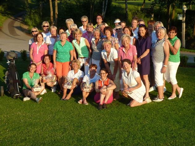 Die Teilnehmerinnen am 7. Golf-Benefizturnier der Elsbeth-Rickers-Stiftung Mutter und Kind im Golfclub Repetal