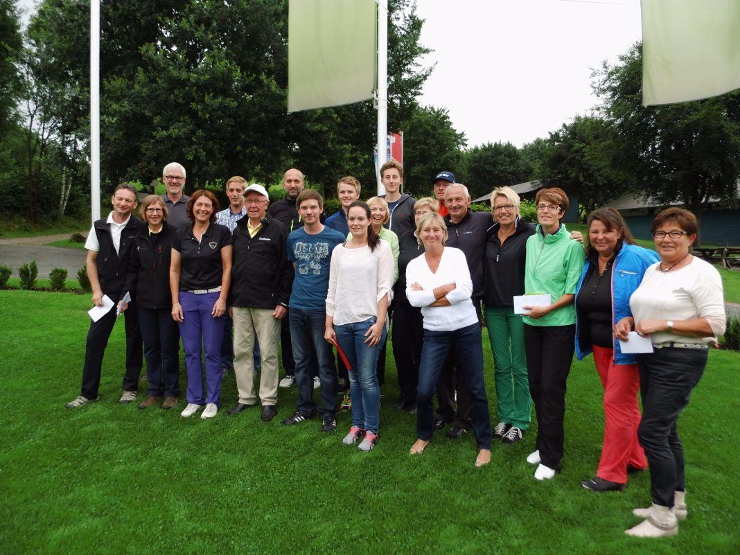 Sieger und Platzierte des 2. Benefiz-Golfturniers des Josefshauses Olpe. Dritte von linke Carmen Erwes, Fünfter von links der Brutto-Sieger Sebastian Kühr
