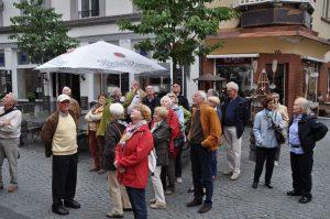 Aufmerksam lauschten die Attendorner Seniorinnen und Senioren den Ausführungen des Stadtführers in Koblenz. Foto: Karl-Hermann Ernst