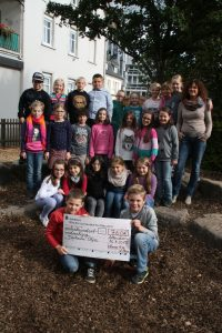 Neben zahlreichen Futterspenden überreichte die Klasse 4 a der Sonnenschule dem Tierheim Olpe zur Unterstützung der Arbeit einen Scheck über 760 Euro