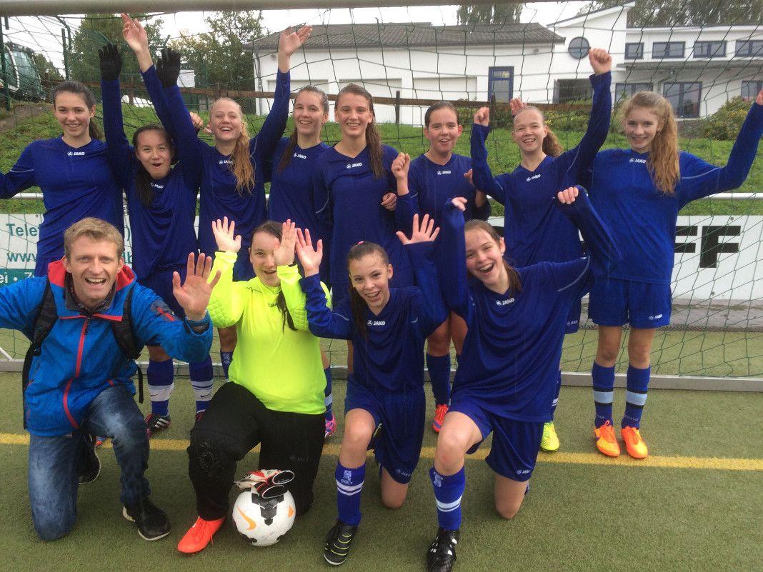 Das Foto zeigt das erfolgreiche Mädchenteam mit ihrem Trainer Markus Prawitt.