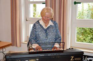 Ruth Franke mit Ihrem Keyboard