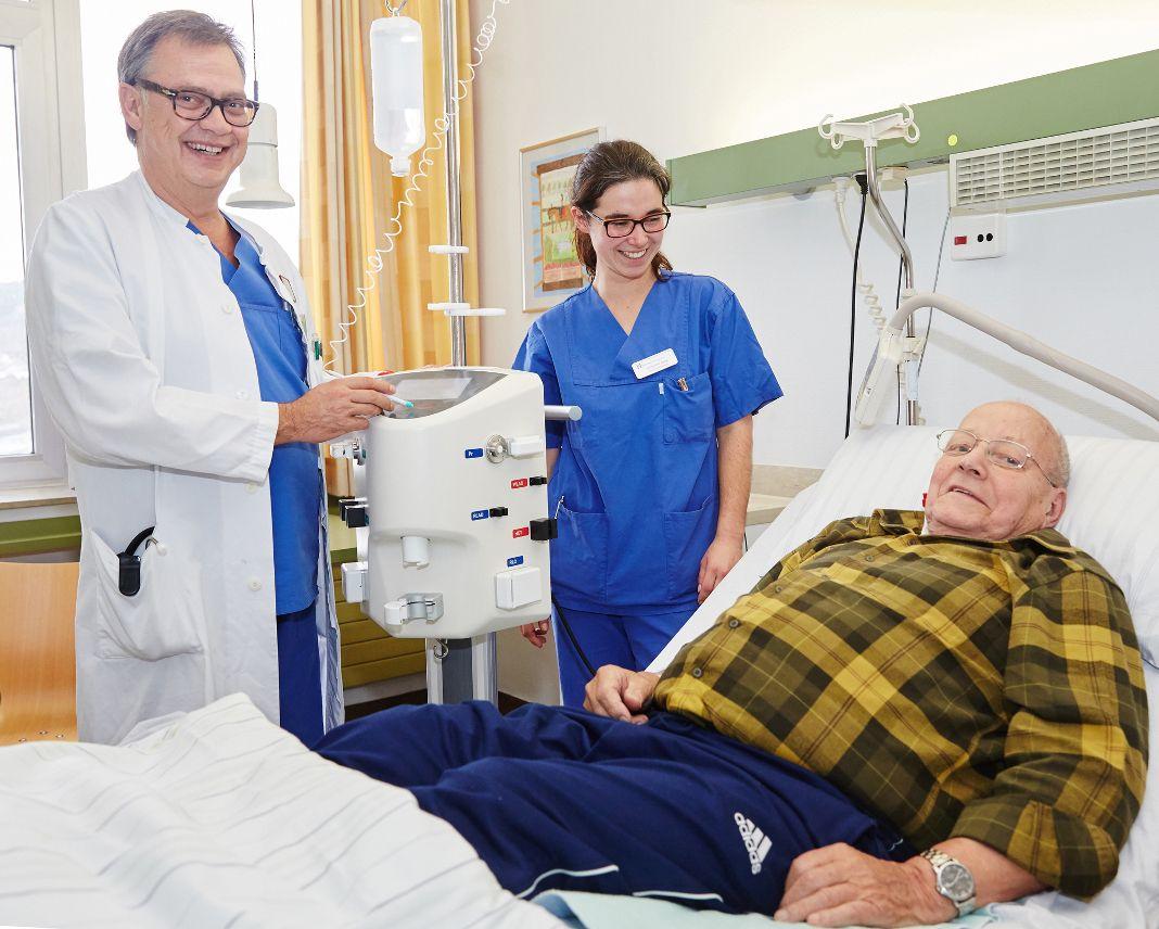 Chefarzt Dr. Doldi und Schwester Jacqueline von der Intensivstation freuen sich zusammen mit Patient Josef Springob, dass es ihm schon nach zwei Tagen wieder besser geht. (Foto: Kathrin Menke)