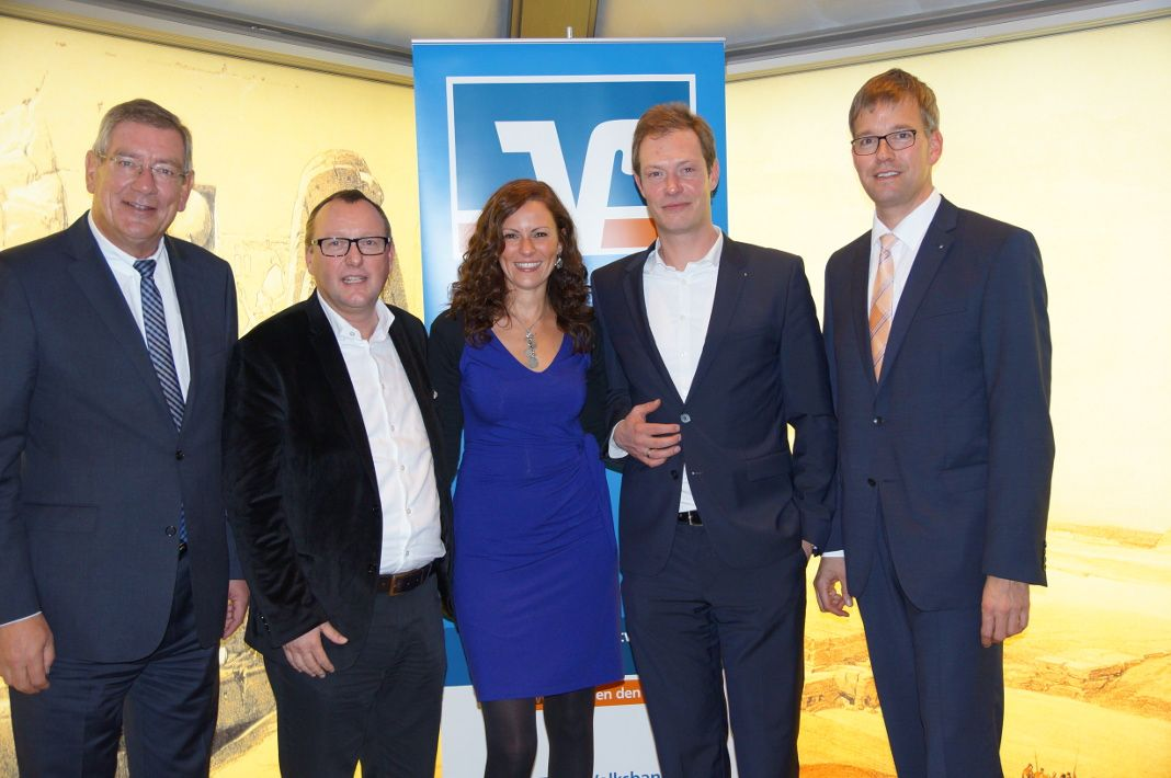 (v.l.) Arndt G. Kirchhoff, Karl-Heinz Land, Moderatorin Anne Willmes, Alexander Kremer und Michael Griese nach der Podiumsdiskussion beim Volksbank-UnternehmerForum in den Sauerland-Pyramiden in Meggen.