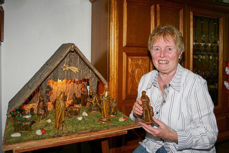 Toni Kamp mit ihren Krippenfiguren aus Wachs.