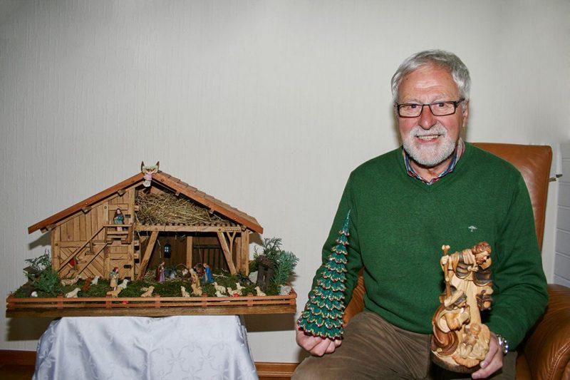 Hubert Bender und seine 100 Jahre alten Krippenfiguren.