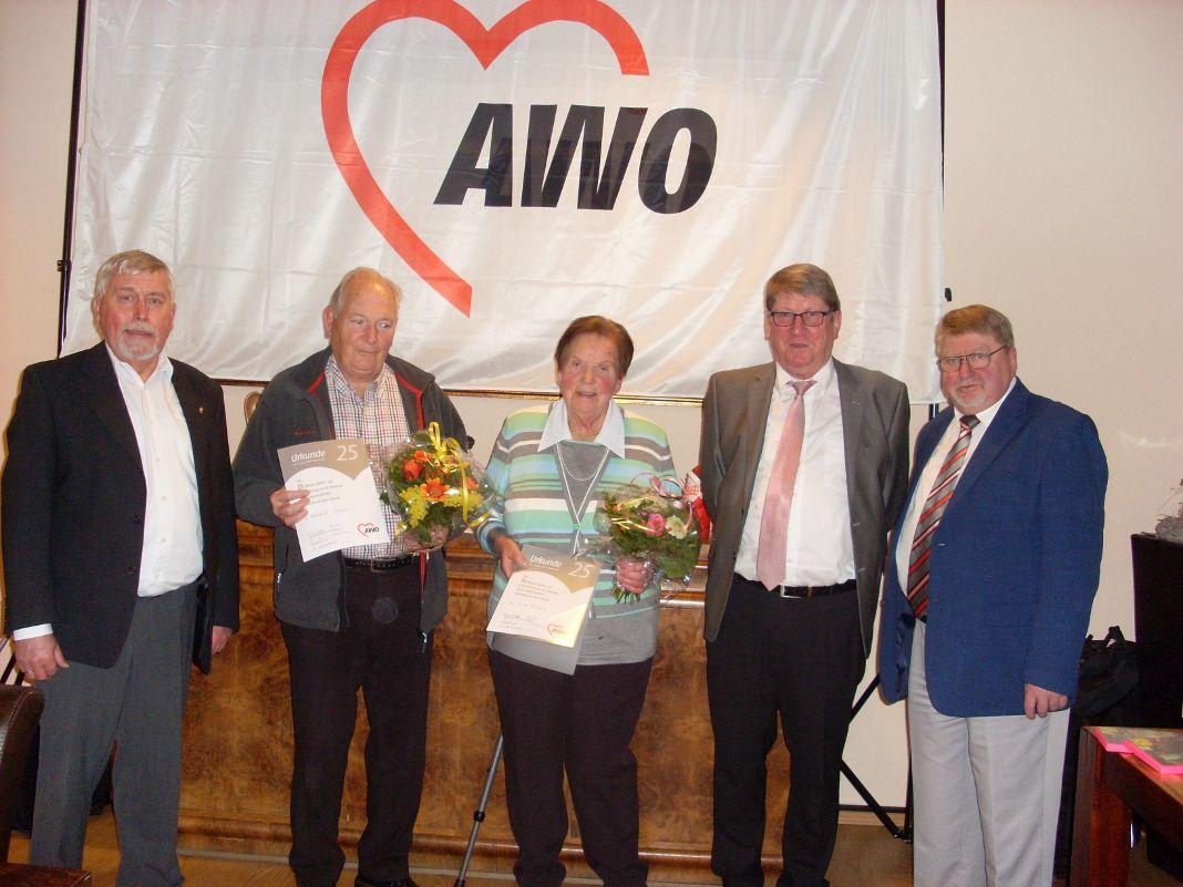 Das Foto zeigt von links nach rechts: Manfred Lewald (stellv. Vors. AWO-Kreisverband, Helmut Hüren, Erna Florath, Horst Peter Jagusch (stellv. BM), Gerd Jahn (Vors. AWO-Ortsverein).