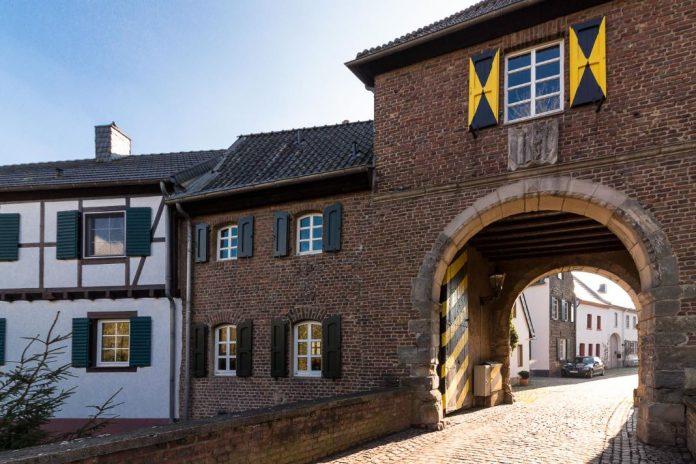 Torbogen in Bedburg-Alt-Kaster im Rhein-Erft-Kreis