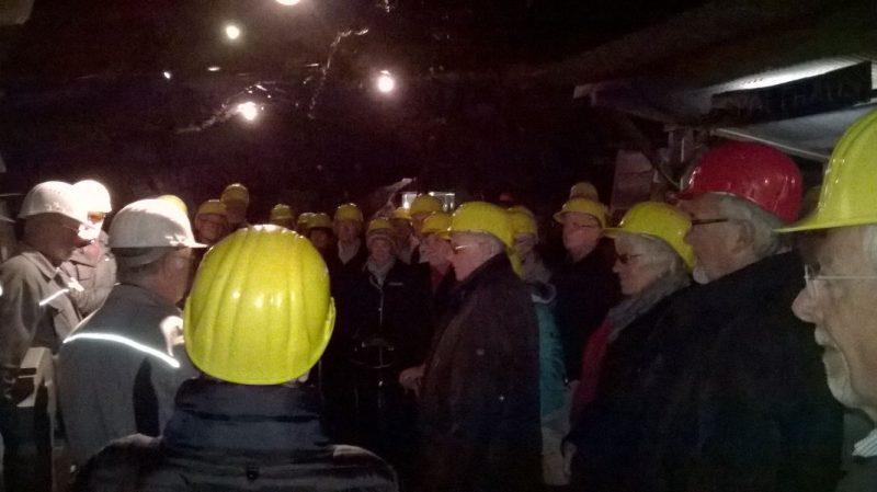Aufmerksam lauschten die Attendorner den Ausführungen über den Abbau des Schiefers in der Grube Delle in Raumland