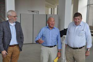 Senioren-Unionsvorsitzender Reinhard Henze bedankte ich bei Dr. Thomas vom Bruch (links) und Wedige von der Schulenburg mit einem Präsent für die Einladung