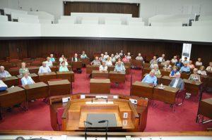 Im Plenarsaal der Bremer Bürgerschaft lauschten die Attendorner den Ausführungen des CDU-Fraktionsvorsitzenden Dr. Thomas vom Bruch über die politische Situation in Bremen und deren Besonderheiten.