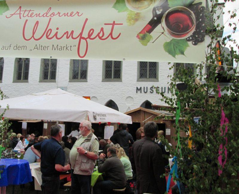 Bereits im letzten Jahr kamen zahlreiche Besucher zum Alten Markt, um in schöner Atmosphäre Wein oder Champagner zu verkosten und kulinarische Köstlichkeiten zu genießen.