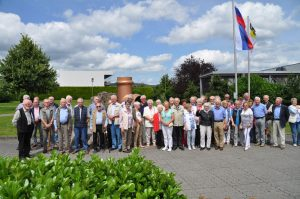 Rund 80 Seniorinnen und Senioren der CDU-Senioren-Union Attendorns besuchten das Werk der Firma Viega in Ennest Foto: Karl-Hermann Ernst