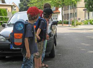 In den Tagen vor der Einschulung sollten die Erziehungsberechtigten mit ihren Kindern den Schulweg üben, rät die Kreisverkehrswacht Olpe. Foto: LVW NRW