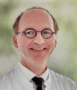 Dr. med. Manfred Kemmerling, Chefarzt der Klinik für Orthopädie, Rheumatologie und Traumatologie und Leiter des zertifizierten EndoProthetikZentrums (Foto: Kathrin Menke)