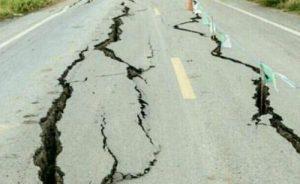 Fast alle Straßen und Häuser haben tiefe Erdbebenrisse. Einige Häuser sind komplett zerstört worden.