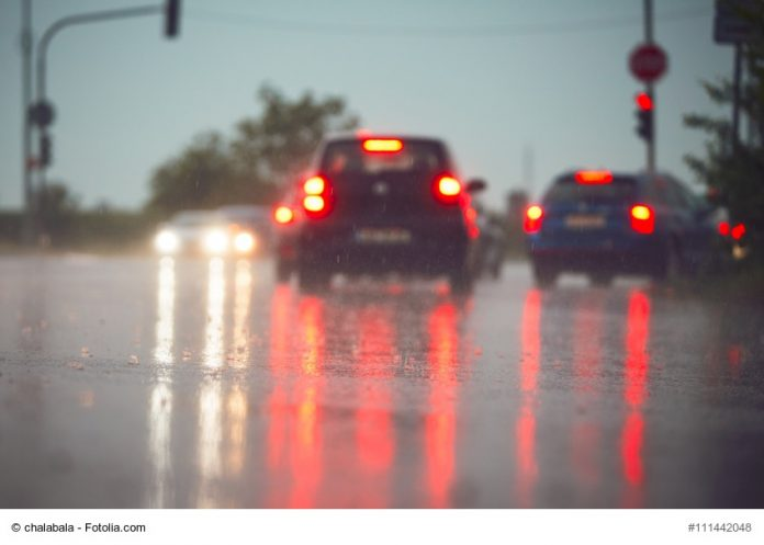 Verkehr an einem regnerischen Tag- copyright fotolia.com
