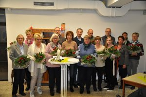 Mit Blumensträußen und kleinen Aufmerksamkeiten dankte Pfarrer Dr. Christof Grote den zahlreichen ehrenamtlichen Helferinnen und Helfern sowie den Bauleuten. Foto: Karl-Hermann Ernst