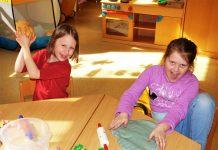 Knetspaß: In den Ferien können Kinder den Attendorner Kinderclub besuchen. - Ferienbetreuung im Attendorner Kinderclub