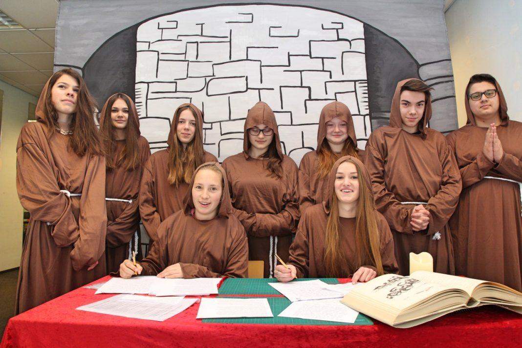 Attendorner Realschüler schreiben eigene Schulbibel - St. Ursula Realschule Attendorn