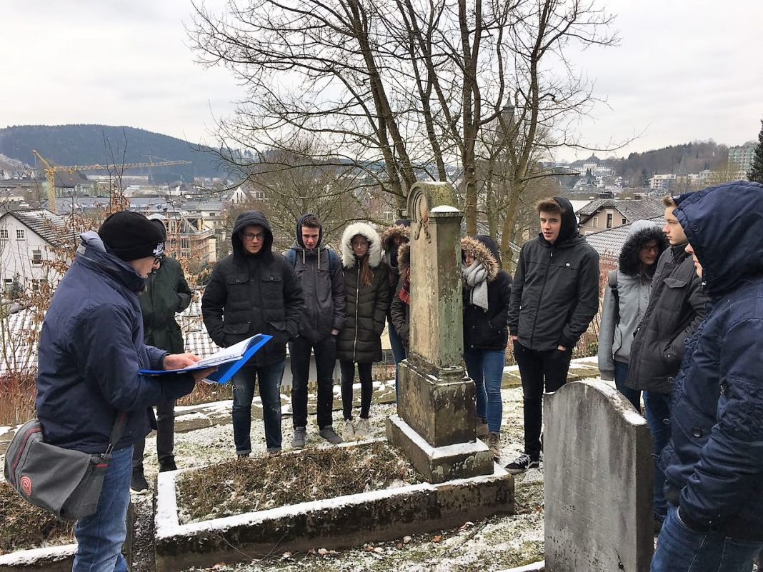 """AG """"Erinnerung"""" des St.-Ursula-Gymnasiums Attendorn - -Jüdischer Friedhof Attendorn"""
