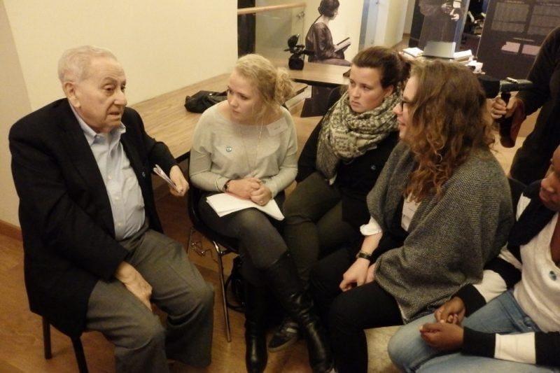 abraham ascher mit teilnehmerinnen des workshops