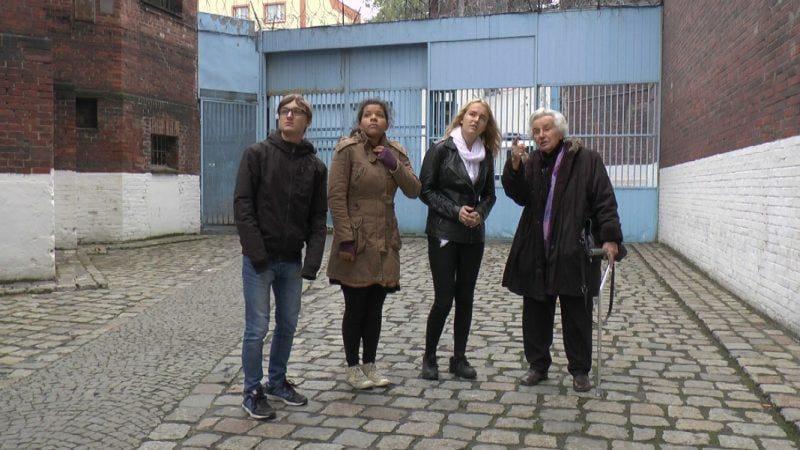 anita lasker wallfisch mit teilnehmern des workshops im gefaengnishof wroclaw