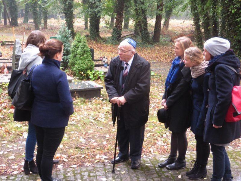 wolfgang nossen mit teilnehmern des workshops auf neuem juedischen friedhof