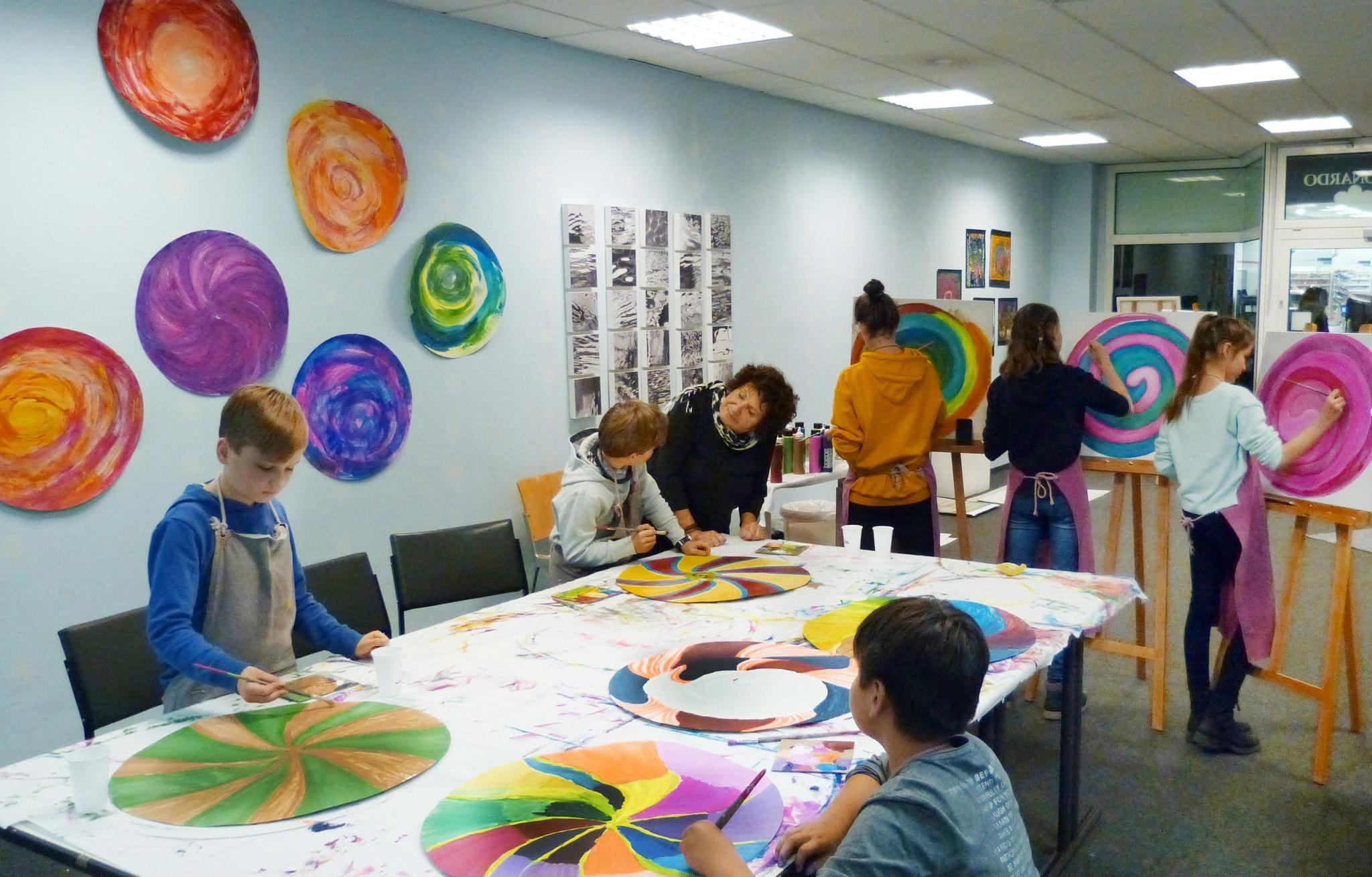 die juengeren teilnehmer beim malen mit marlies backhaus im atelier auf zeit